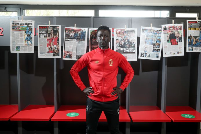 Mbaye Leye poseert voor de krantenpagina's van al zijn eerdere bekerfinales.
