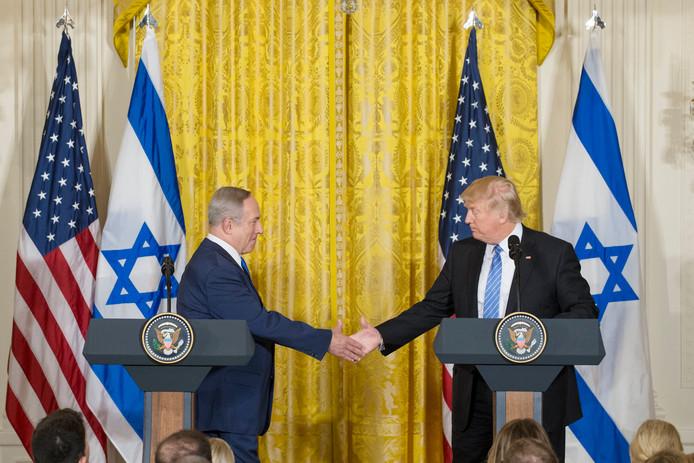 Trump en Netanyahu schudden elkaar de hand