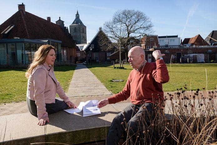 Petra Weideveld en Jan Bekke van WG Oldenzaal praten in de stadstuin over de nieuwe stadswandeling die zij hebben samengesteld.