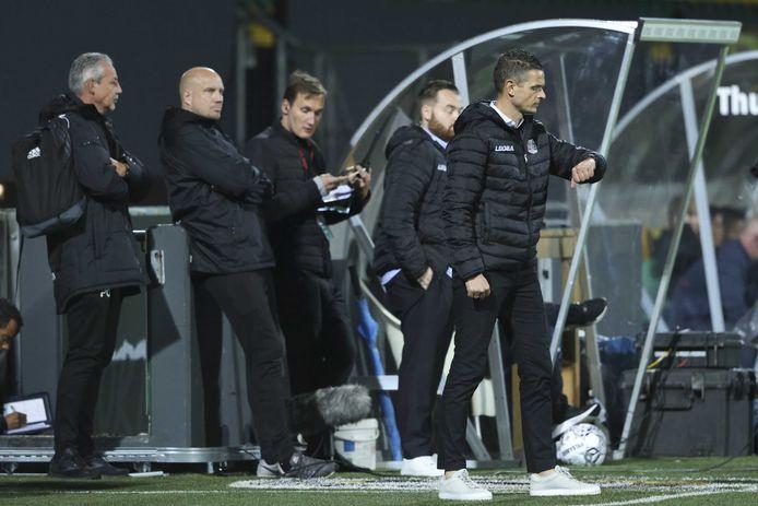NEC-trainer Rogier Meijer kijkt op zijn horloge tijdens de wedstrijd tegen Fortuna Sittard.