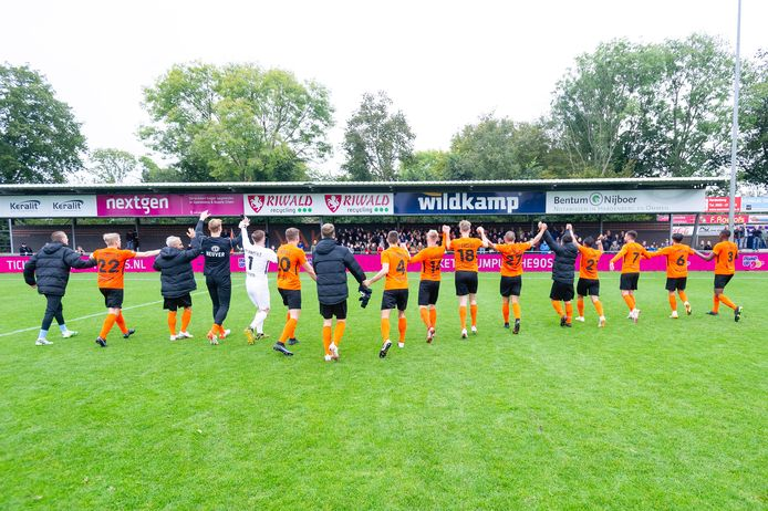 HHC viert een succesje met de supporters van Vak Q. De wedstrijd die de Hardenbergse club zaterdag tegen SV Spakenburg speelt, is gebrandmerkt als een risicoduel.