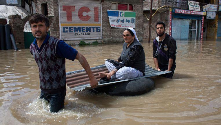 Inwoners van Srinagar op de vlucht voor de overstromingen in de stad. Beeld GETTY