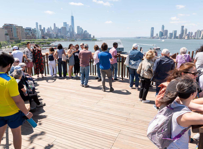 Geen mondkapjesplicht, geen 1,5meter afstand. New York gaat terug naar normaal, zoals hier in Little Island-park, gebouwd op palen in de Hudson.  Beeld Noam Galai / Getty