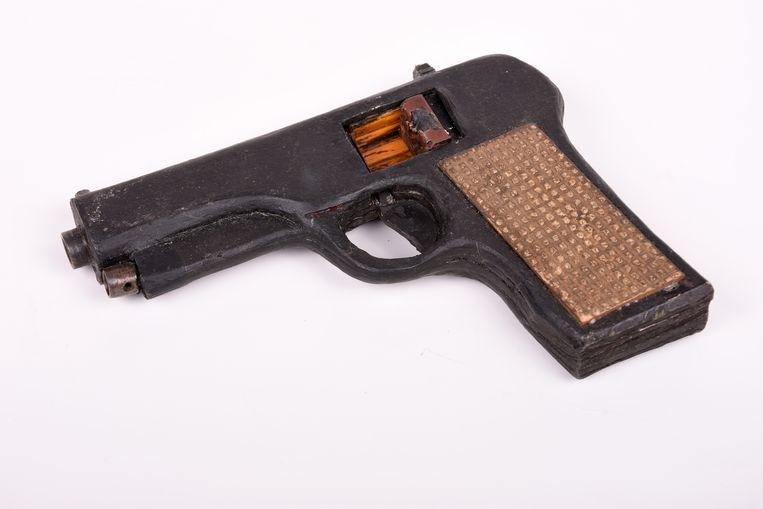 Een griezelig perfecte kopie van een pistool, die Freddy Horion in de gevangenis maakte. Beeld RV