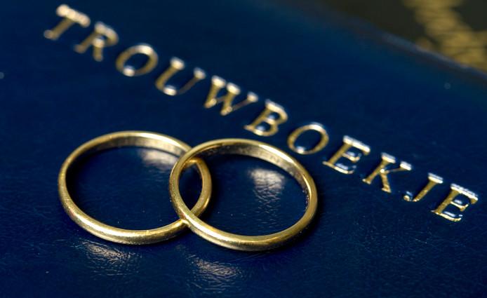 Trouwringen op trouwboekje