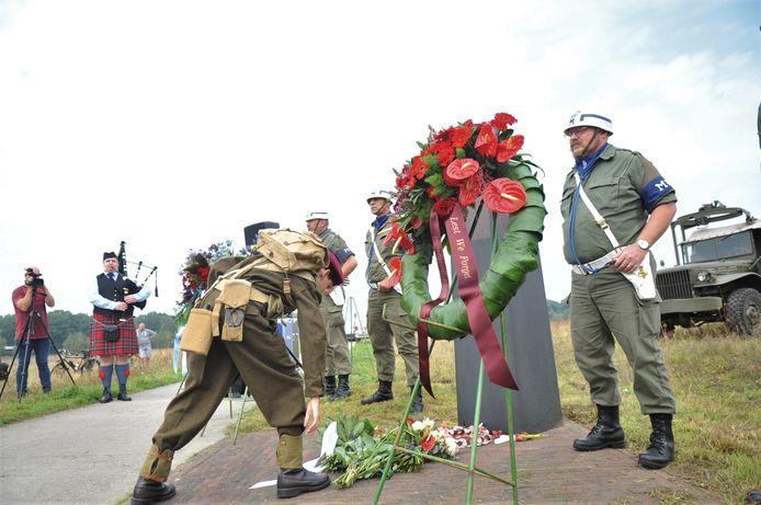 Met bloemen en kransen bij een monument in Renkum werd vrijdagmiddag stil gestaan dat daar op de heide 77 jaar geleden de Slag om Arnhem begon.