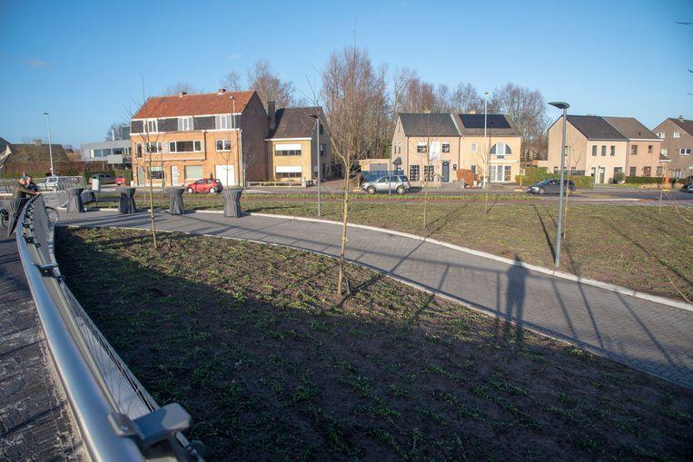 Het pleintje aan Kapellendries werd officieel geopend.