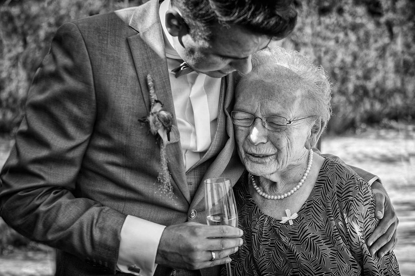 Bruidegom in een niet-geënsceneerd momentje met zijn oma. Drie maanden later overlijdt zij.