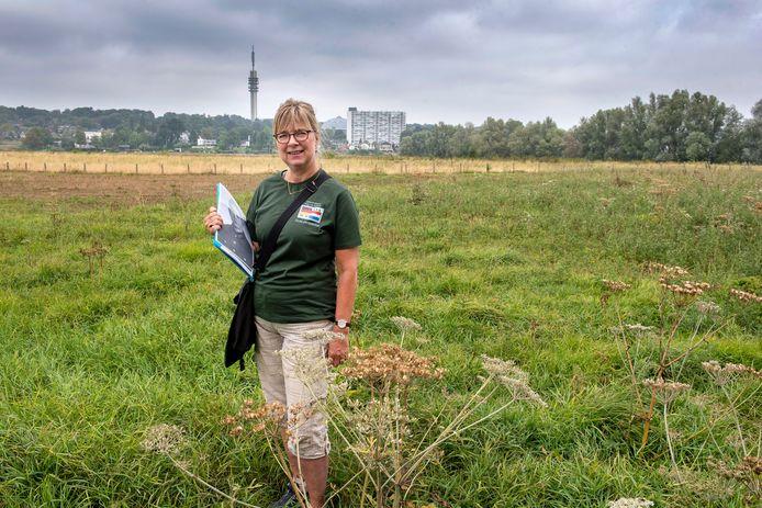 Ingrid Maan op de plek waar de jongens van de Reichsarbeitsdienst een geschut hadden staan. ,,Ze hadden vrij zicht op de wegen langs de Rijn in Arnhem. De Britten namen hen met scherpschutters en zesponder geschut onder vuur.''