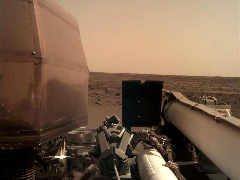 Insight doet onderzoek op en onder het oppervlak van Mars. Beeld REUTERS