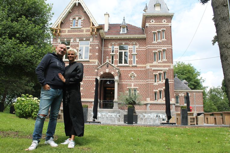 Christel Noon en Thierry Dehaes voor 't Vlinderkasteeltje, waar Cosi Ristorante gevestigd was. Ze ruilen Lennik nu voor Wambeek.