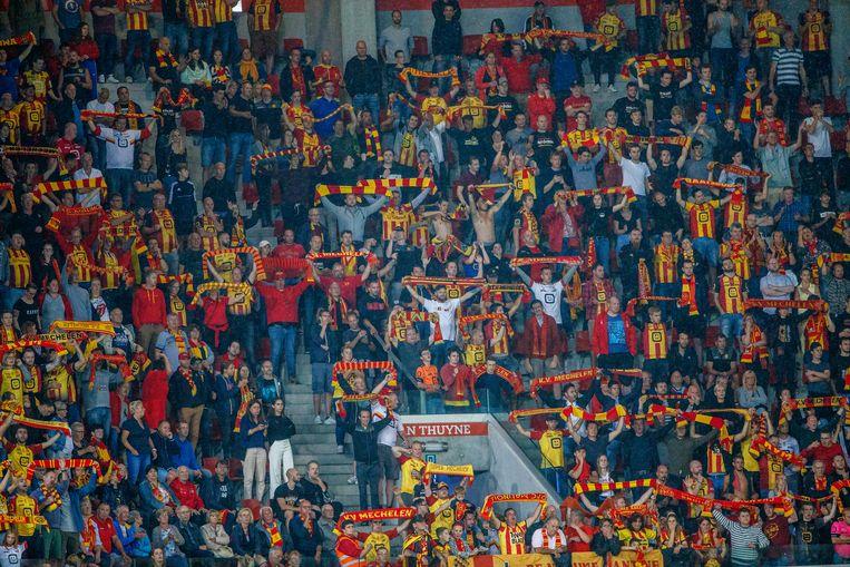 Fans van KV Mechelen vieren de 0-2-zege in Zulte Waregem. Beeld BELGA