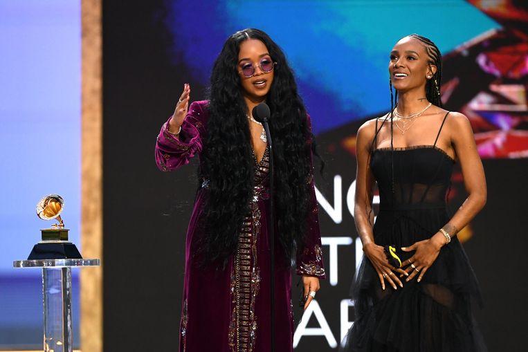 H.E.R. (l.) en Tiara Thomas tijdens hun dankwoord.  'I Can't Breathe' werd uitgeroepen tot 'song van het jaar'. Beeld EPA
