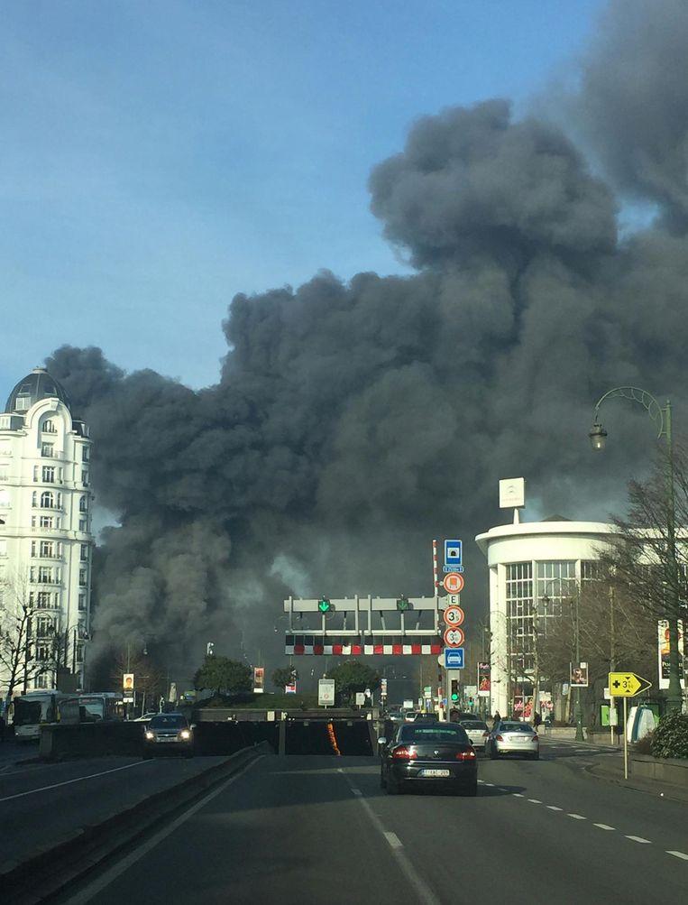De donkere rookpluim is over heel Brussel te zien.