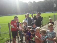 Hirving Lozano hervat de training bij PSV met ingepakte elleboog