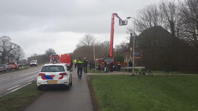 Hulpdiensten vorige maand tijdens de brand in het voormalige gemeentehuis van Angerlo.