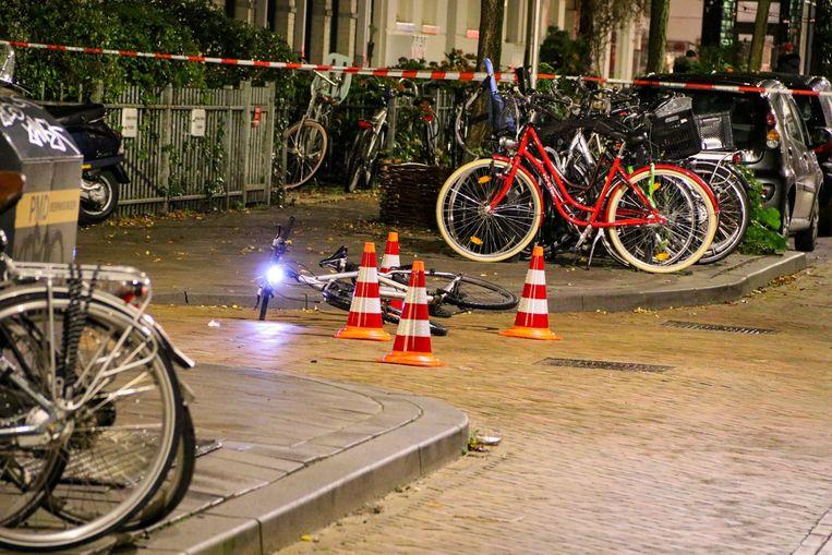 Een fiets ligt op de plek waar het slachtoffer werd mishandeld door vijf jongeren. De politie is op zoek naar de daders.   Beeld ANP