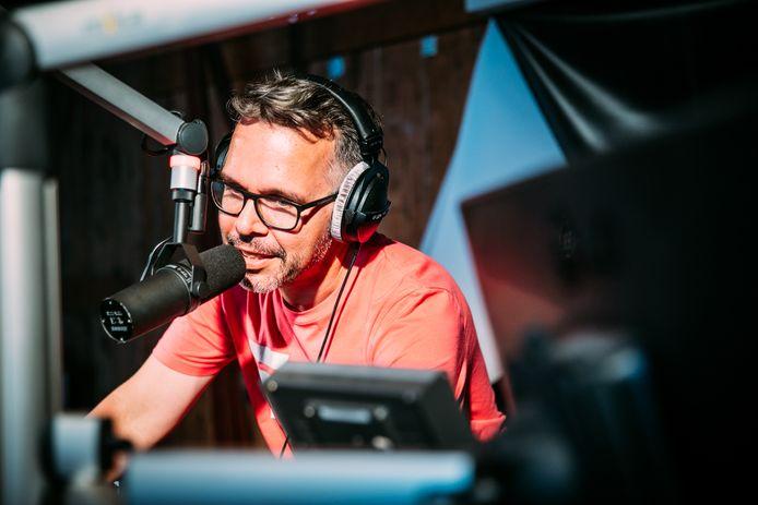 Michiel Veenstra achter de microfoon van KINK.