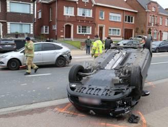 Jonge bestuurder (23) komt met wagen op zijn dak terecht nadat hij stilstaande auto voor hem te laat opmerkt