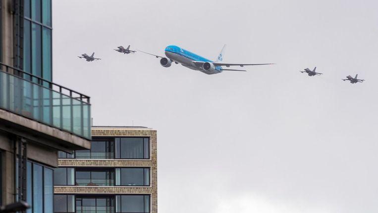De Boeing 777-300 van KLM met de vier F16 s boven het IJ Beeld anp