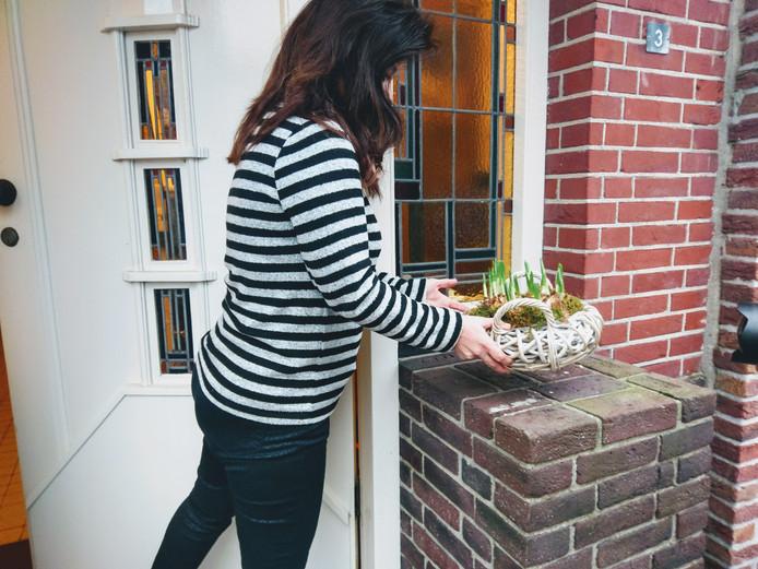 Monique uit Wouw laat zich niet uit het veld slaan en zet de bloempotten gewoon weer naar de voordeur.