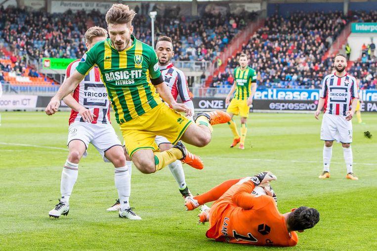 Edouard Duplan ontwijkt doelman Kostas Lamprou. Beeld anp