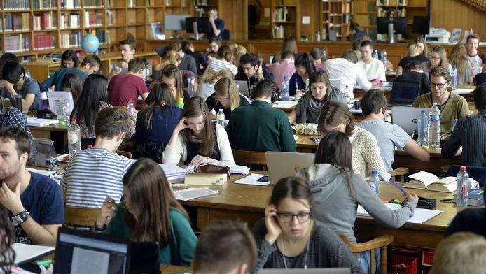 Studenten in de Centrale Bibliotheek van de KU Leuven.