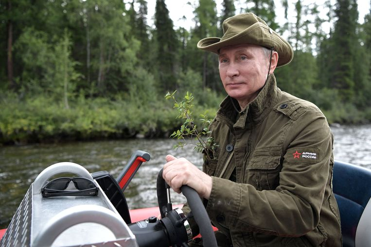 epa06125616 Russian President Vladimir Putin driving a motor boat at the cascade of mountain lakes during his vacation on 01-03 August 2017, (issued 05 August 2017) in the Tyva Republic in the southern Siberia, Russia.  EPA/ALEXEI NIKOLSKY / SPUTNIK  / KREMLIN POOL MANDATORY CREDIT Beeld EPA