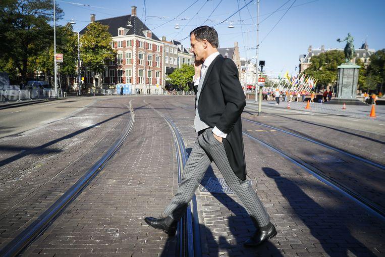 Minister-president Mark Rutte wandelt al telefonerend over het Buitenhof voorafgaand aan de Troonrede op Prinsjesdag. Beeld ANP