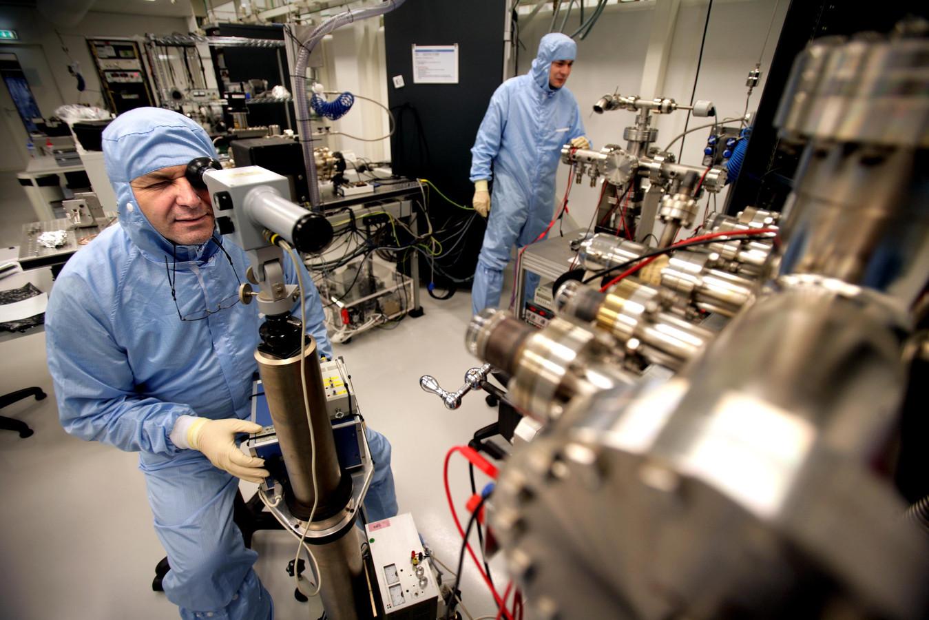 Werknemers van Mapper aan het werk in een productieruimte van het bedrijf in Delft. Archieffoto
