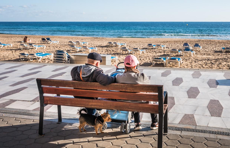 Even uitrusten op een bankje aan de Costa Blanca in Spanje. De Belg eindigt zijn actieve loopbaan gemiddeld op 60,7 jaar. Beeld Joel Hoylaerts/Photo News