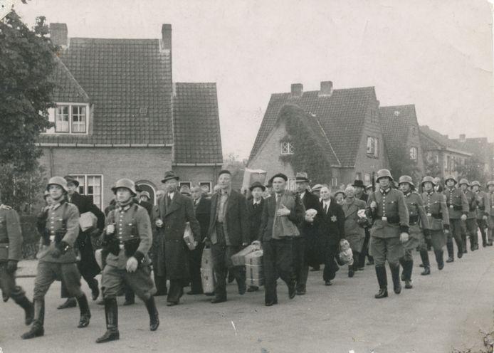 Vanuit Kamp Amersfoort, via de Kapelweg en het Vondelplein, werden ruim 1400 gevangenen op 11 oktober 1944 richting Neuengamme gevoerd.