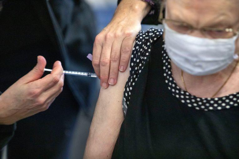 Nederland is begonnen met de vaccinatie van zelfstandig wonende ouderen, zoals hier in Houten.  Beeld Werry Crone