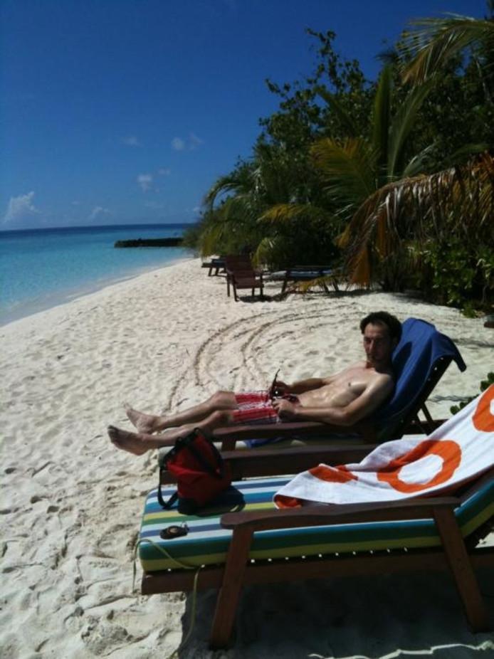 Huseyin Cengiz op het strand van de Malediven. ,,Mensen komen hier op huwelijksreis, maar er is niets te beleven. Na drie keer heb je de prachtige resorts met kamers in én op het helderblauwe water ook wel gezien.'' Eigen foto