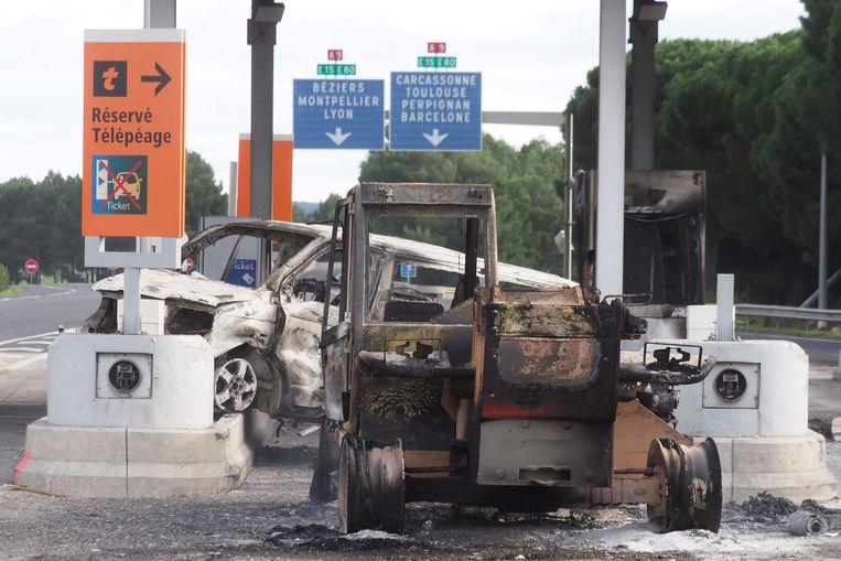 Een uitgebrand voertuig aan de péage in Narbonne.