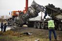 Onderdelen van de MH17 worden op een vrachtauto geladen.