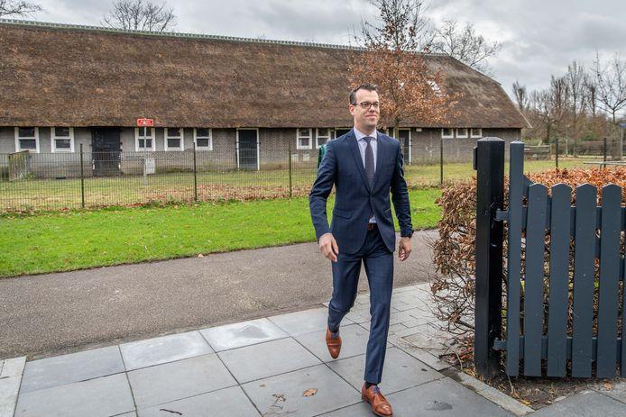 Voorzitter Derk Alssema van de Jeugdhulpregio Zeeland arriveert bij De Vierlinden in Goes voor de ondertekening van de nieuwe contracten met zorgaanbieders