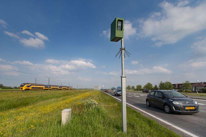 De flitspaal langs de N50 tussen Zwolle en Kampen die dagelijks zo'n zestig automobilisten op de bon slingert.