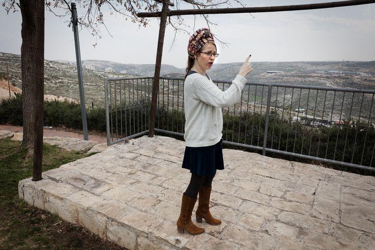Miri Maoz Ovadia bij het bezoekerscentrum van de Psagot wijnmakerij op de Westelijke Jordaanoever. 'Het is lastig dat twee volken dezelfde plek 'thuis' noemen.' Beeld Daniel Rosenthal