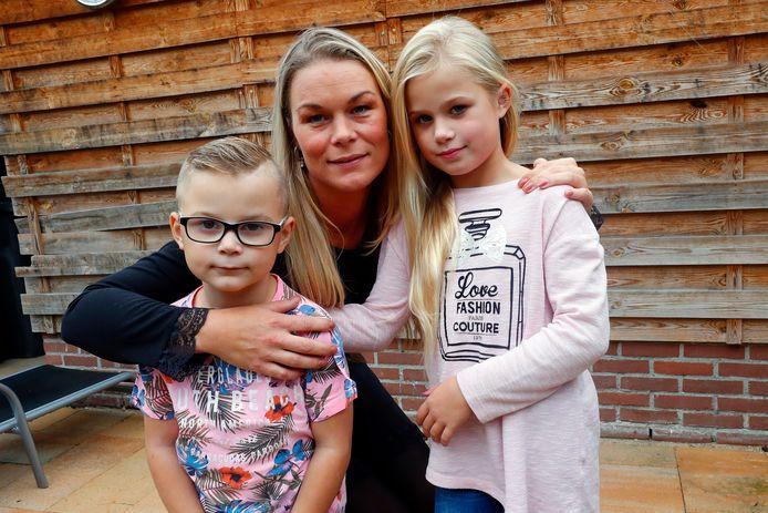 Yvette van Maurik met de 6-jarige Djano en de 8-jarige Naomi.