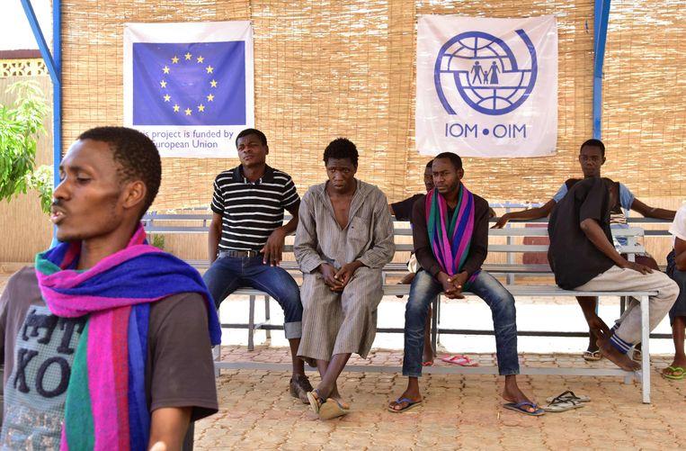West Afrikaanse migranten en vluchtelingen zijn teruggekeerd uit Libië nadat ze door gewapende groepen zijn achtervolgd en het is mislukt om de Middellandse Zee over te varen richting Europa. Beeld ANP