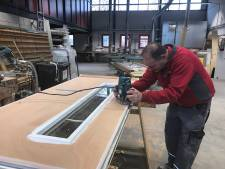 Woningcorporatie in Goes heeft het druk met opbollend hout in voordeuren