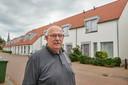 Henk van Wanrooij op de plek van de brand aan de Bernhardstraat. Hij woont nu zelf verderop in deze straat.