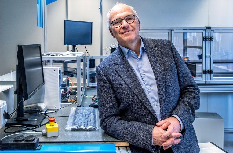 Directeur Dennis Schipper bij de nieuwe productielijn, waar de kernmodule ook wordt getest. Beeld Raymond Rutting / de Volkskrant