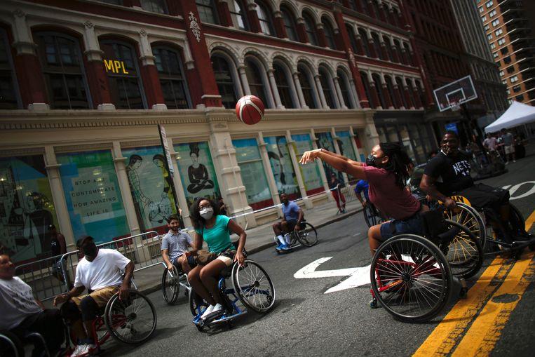 Afgelopen weekend konden New Yorkers naar hartelust lopen, fietsen en spelen op straat. Tussen de Brooklyn Bridge en Central Park, een gebied in Manhattan dat zo'n 10 kilometer beslaat, werd het jaarlijkse Summer Streets event gehouden.  Beeld AFP