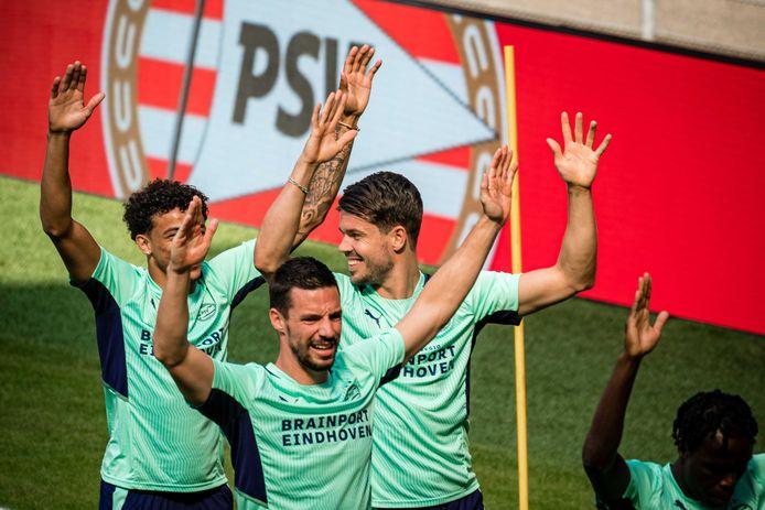 Marco van Ginkel  (r) tijdens een training van PSV.