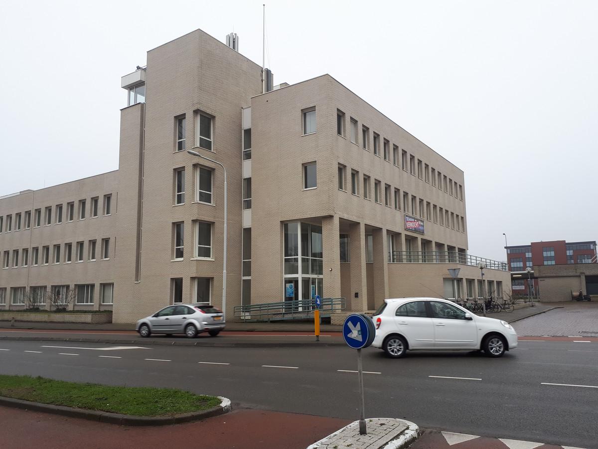 Het voormalige belastingkantoor in Goes vóór het onder handen werd genomen.