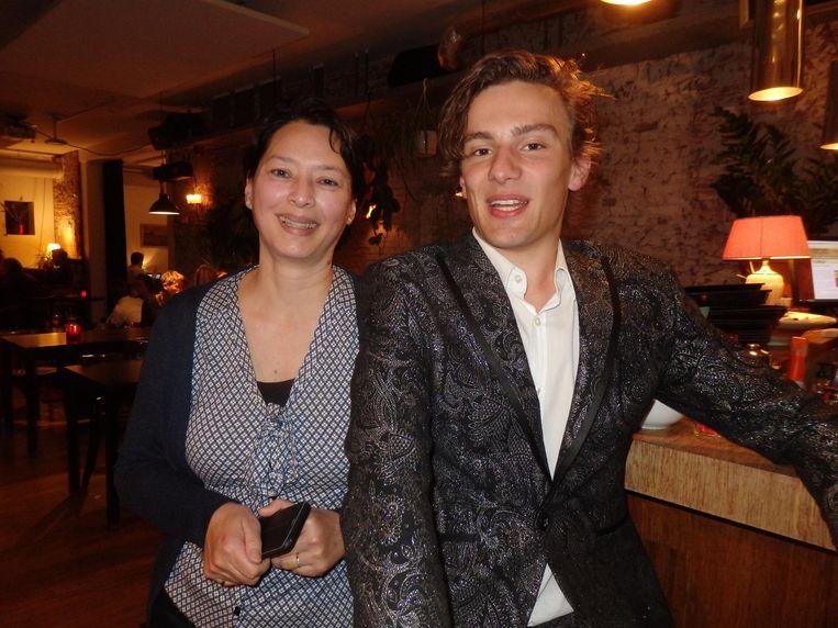 Karin de Witt, trotse moeder van Kirsten Meiring, en muzikant Goossie Dilligans, die op de basisschool winnaar werd van de voorleeswedstrijd in Groningen-Zuid. Beeld Schuim
