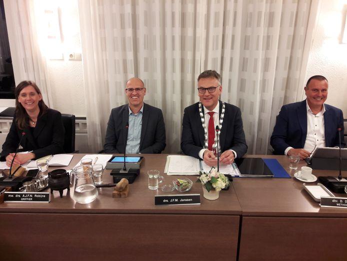 PGB-fractievoorzitter Carlo van Esch nam donderdag de voorzittershamer over van burgemeester Hans Janssen, zodat die als portefeuillehouder in debat met de raad kon gaan over verlenging van de bestuursovereenkomst met het COA. Links raadsgriffier Daniëlle Robijns, rechts wethouder Dion Dankers.