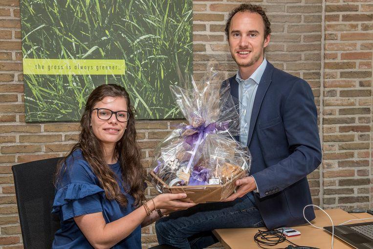 Justine Spileers krijgt een geschenkmand van Willem Verfaillie (Unizo).